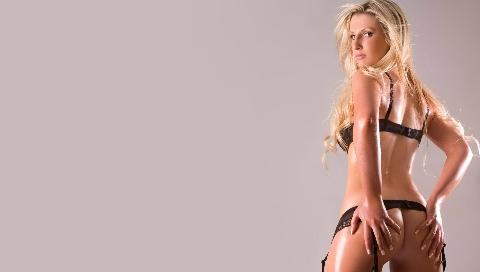 Сексуальная блондинка в светлом туннеле